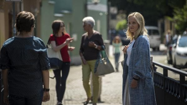 Petra glaubt, ihre verloren geglaubte Mutter  auf der Straße wieder zu erkennen.   Rechte: MDR/Saxonia Media/Felix Abraham