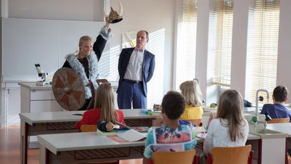 Wilder Walküren-Auftritt! Die neue Lehrerin Frau Holopainen begeistert an ihrem ersten Tag im Wikingerkostüm. Nur Herr Zech ist sichtlich verwirrt.   Rechte: MDR/Saxonia Media/Paul-Ruben Mundthal