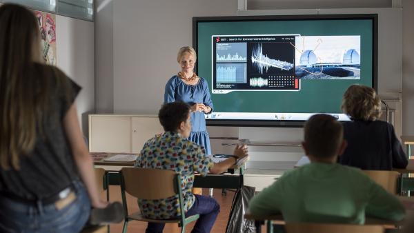"""Kornkreise? Area 51? Frau Holopainen diskutiert mit ihren Schülern Verschwörungstheorien zum Thema """"Außerirdisches Leben auf der Erde"""".   Rechte: MDR/Saxonia Media/Felix Abraham"""