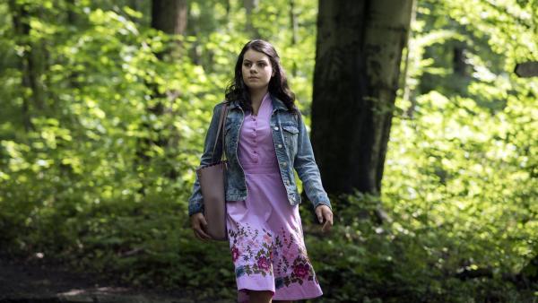Olivia (Holly Geddert) irrt allein durch den Wald. Ist sie in Gefahr? | Rechte: MDR/Saxonia Media/Felix Abraham