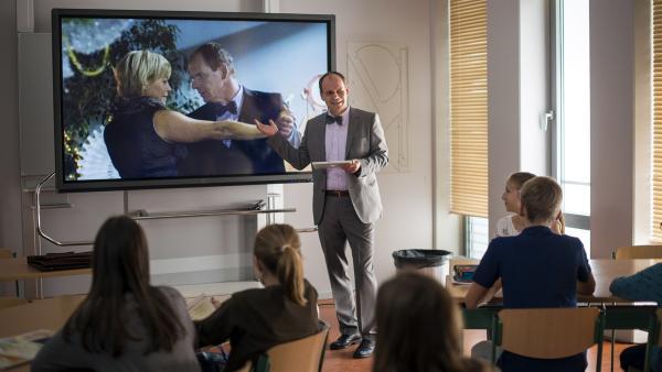 Neuland für Herr Zech (Olaf Burmeister, mitte). Er muss sich mit den neuen Medien für den Unterricht auseinandersetzen und ist noch sichtlich überfordert. | Rechte: MDR/Saxonia Media/Felix Abraham