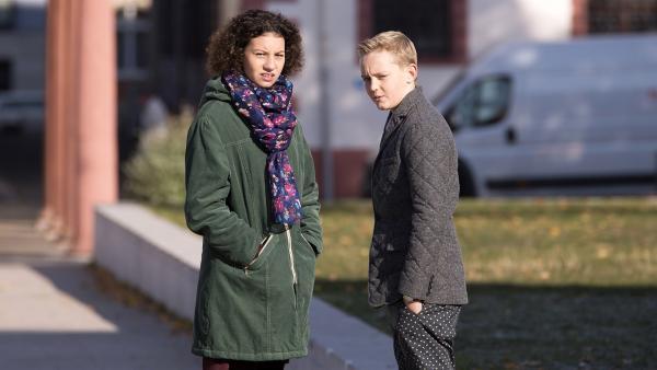 Lejla (Tiesan Atas) und Jannis (Maximilian Scharr) entdecken Jannis' obdachlosen Vater. | Rechte: MDR/Saxonia Media/Katharina Simmet