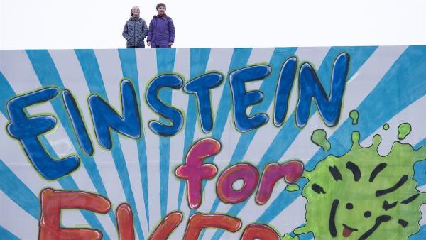 Mit Hilfe vom Finn (Timon Würriehausen) konnte Matha (Luna Kuse) mit einem großen Banner ein Zeichen setzen. | Rechte: MDR/Saxonia Media/Katharina Simmet