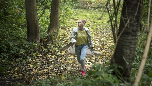 Wen sucht Luisa (Tessa Dökel) im Wald? | Rechte: MDR/Saxonia Media/Felix Abraham