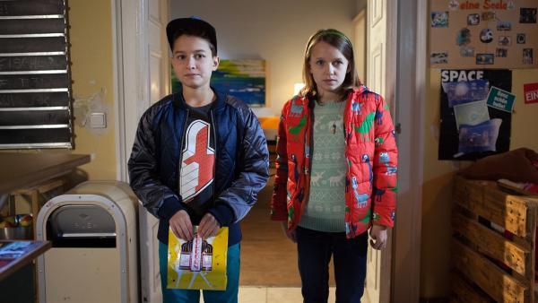 Hermann (Thorin Holland) und Jona (Helen Möller) fürchten sich vor der Rache der Aliens. | Rechte: MDR/Saxonia Media/Paul-Ruben Mundthal