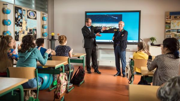 Galaktischer Gast. Herr Zech (Olaf Burmeister, links) präsentiert den hohen Besuch: Der Astronaut Gerhard Thiele (rechts) ist ans Einstein-Gymnasium gekommen. | Rechte: MDR/Saxonia Media/Felix Abraham