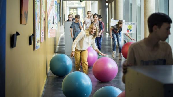 Digitaler Projekttag am Albert-Einstein-Gymnasium. Alle helfen mit, die Klassenräume umzugestalten, vor allem die finnische Lehrerin Frau Holopainen (Meri Koivisto). | Rechte: MDR/Saxonia Media/Felix Abraham