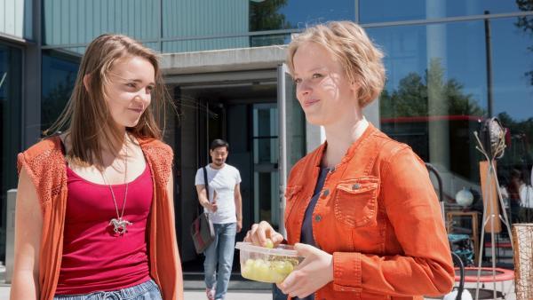 Nele (Hanna-Sophie Stölzel, links) und Martha (Luna Kuse) sind optimistisch, so schlimm kann es im Sportinternat nicht werden. Sie haben Direktor Chung (Ill-Young Kim, hinten) ihr Ehrenwort gegeben und wollen mit den Sportlern klarkommen. | Rechte: MDR/Saxonia Media/Andreas Wünschirs