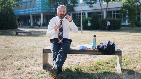 """Schulrat Dr. Berger (Robert Schupp) gibt sich gelassen. Er ist überzeugt, dass sein Prestige-Projekt """"Schule in Bewegung"""" an Einstein ein voller Erfolg wird.   Rechte: MDR/Saxonia Media/Andreas Wünschirs"""