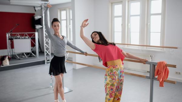 Primaballerina Carolin (Paloma Padrock, links) kann Olivias (Holly Geddert) Tanzkünste nur müde belächeln. | Rechte: MDR/Saxonia Media/Felix Abraham