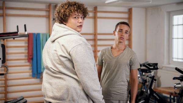 Nick (Michael Schweisser, li.) und Timo (Luca Jung, re.) im Fitnessraum.   Rechte: MDR/Saxonia Media/Felix Abraham