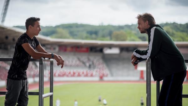 Sportkoordinator Hauser (Frederic Heidorn, re.) hinterfragt die Leistungen von Timo (Luca Jung, li.). | Rechte: MDR/Saxonia Media/Felix Abraham