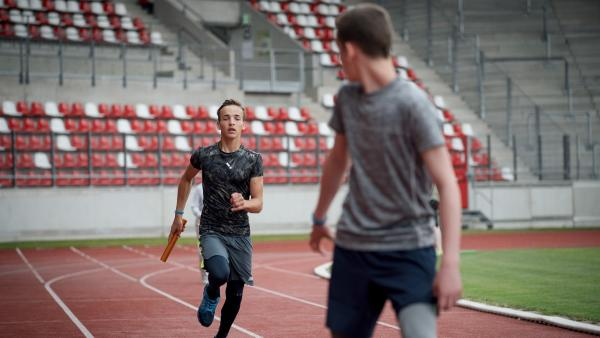 Timo (Luca Jung, li.) und Victor (Fridolin Sommerfeld, re.) geben ihr Bestes beim Training. | Rechte: MDR/Saxonia Media/Felix Abraham
