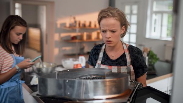 Nele (Hanna- Sophie Stötzel, li.) will Martha (Luna Kuse, re.) bei den Vorbereitungen für Kasimirs Überraschung helfen. | Rechte: MDR/Saxonia Media/Felix Abraham