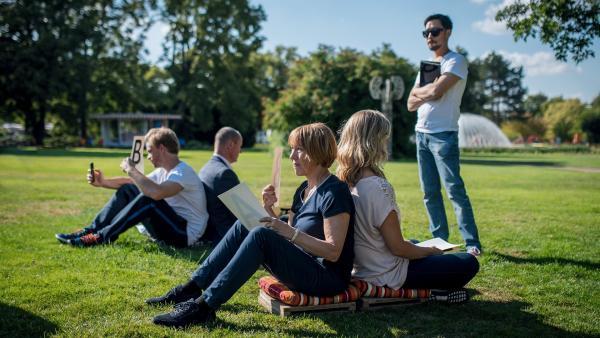 Der Teamtag des neuen Lehrerkollegiums macht unerwartet Spass (v.l.n.r: Frederic Heidorn, Olaf Burmeister, Gitta Schweighöfer, Meri Koivisto, Ill- Young Kim).   Rechte: MDR/Saxonia Media/Felix Abraham