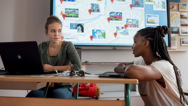 Nele (Hanna- Sophie Stötzel, li.) legt sich während des Projekttags ins Zeug, Frau Miesbach (Liz Baffoe, re.) unterstützt sie.   Rechte: MDR/Saxonia Media/Felix Abraham