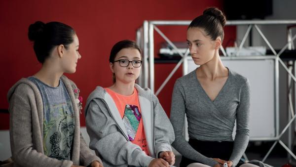 Olivia (Holly Geddert, li.) und Rosa (Karlotta Hasselbach, Mi.) versuchen Carolin (Paloma Padrock, re.) in den Vorbereitungen zu ihrer Prüfung an der Staatlichen Ballettschule zu unterstützen. | Rechte: MDR/Saxonia Media/Felix Abraham