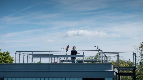 Pit (Ferenc Amberg) auf der Suche nach Signalen aus dem Weltall. | Rechte: MDR/Saxonia Media/Felix Abraham