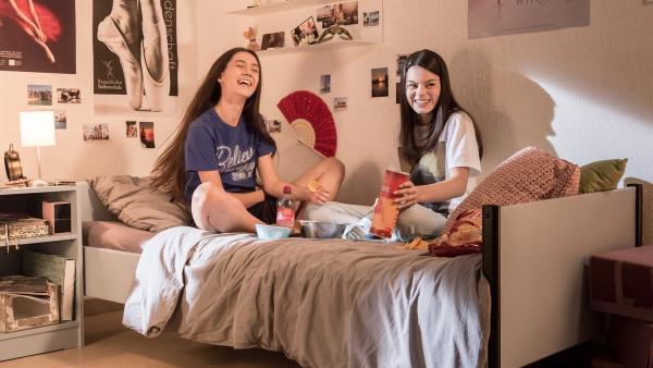 Carolin (Paloma Padrock, li.) und Olivia (Holly Geddert, re.) entspannen am Abend vor dem großen Vortanzen. | Rechte: MDR/Saxonia Media/Andreas Wünschirs