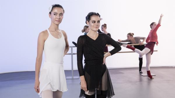 Carolin (Paloma Padrock, li.) und Olivia (Holly Geddert, re.) sind bereit für ihren großen Auftritt. | Rechte: MDR/Saxonia Media/Andreas Wünschirs