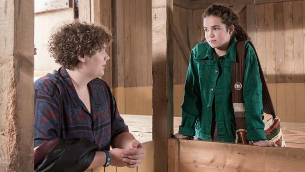Als ihr bester Freund will Nick (Michael Schweisser, li.) Sibel (Josie Hermer, re.) in der schweren Zeit trösten. | Rechte: MDR/Saxonia Media/Andreas Wünschirs