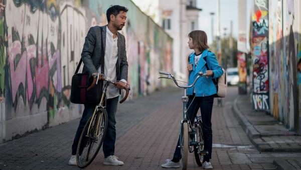 Kann Jona (Helen Möller, re.) ihren Papa, Direktor Chung (Ill-Young Kim, li.), überzeugen ins Internat ziehen zu dürfen? | Rechte: MDR/Saxonia Media/Felix Abraham