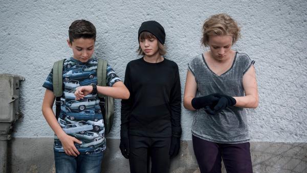 Uhrenvergleich: Hermann (Thorin Holland), Jona (Helen Möller) und Martha (Luna Kuse) haben einen Plan (v.l.n.r.). | Rechte: MDR/Saxonia Media/Felix Abraham