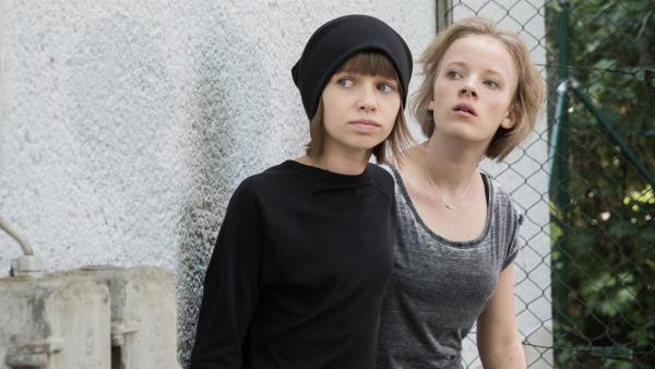Jona (Helen Möller, li.) und Martha (Luna Kuse, re.) lauern auf ihren Einsatz. | Rechte: MDR/Saxonia Media/Andreas Wünschirs