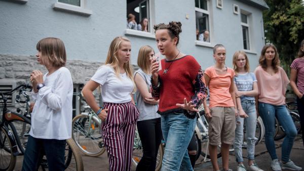 Spannung vorm Internat: Rike (Madeleine Haas) berichtet live von dem Showdown zwischen Till und Martha. | Rechte: MDR/Saxonia Media/Felix Abraham