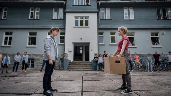 Showdown zwischen TNT-Chef Till (Jonas Kaufmann, li.) und Martha (Luna Kuse, re.). Die restlichen Schüler fiebern mit. | Rechte: MDR/Saxonia Media/Felix Abraham