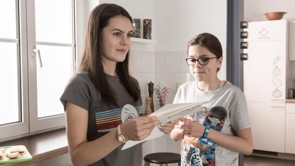 Ein unverhoffter Brief für Olivia (Holly Geddert, li.) macht Rosa (Karlotta Hasselbach, re.) neugierig. | Rechte: MDR/Saxonia Media/Andreas Wünschirs