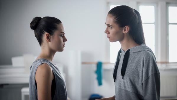 Carolin (Paloma Padrock, re.) ist sauer. Sie fühlt sich von ihrer Freundin Olivia (Holly Geddert, li.) verraten. | Rechte: MDR/Saxonia Media/Felix Abraham