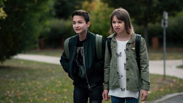 Hermann (Thorin Holland, li.) und Jona (Helen Möller, re.) sind schockiert, als sie morgens zur Schule kommen. | Rechte: MDR/Saxonia Media/Felix Abraham