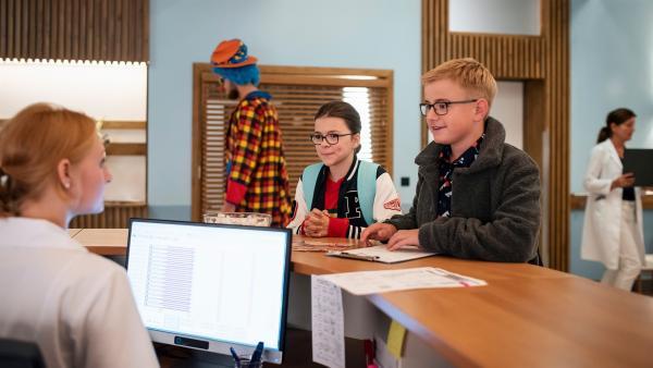 Rosa (Karlotta Hasselbach, li.) und Moritz (Marc Elflein, re.) versuchen  Informationen vom Krankenhauspersonal zu bekommen. | Rechte: MDR/Saxonia Media/Felix Abraham