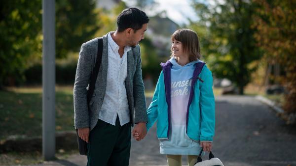 Jona (Helen Möller, re.) sorgt sich um Papa Chung (Ill- Young Kim, li.) und er sorgt sich um sie. | Rechte: MDR/Saxonia Media/Felix Abraham