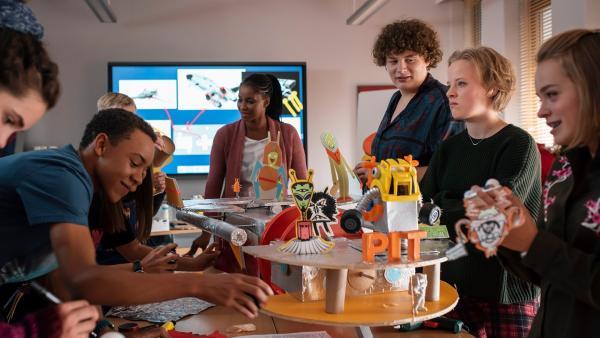 Die Schüler bereiten eine Überraschung vor. (v.l.n.r.: Josie Hermer, Noel Okwanga, Liz Baffoe, Michael Schweisser, Luna Kuse, Carlotta Weide) | Rechte: MDR/Saxonia Media/Felix Abraham