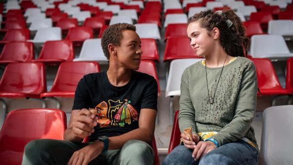 Pawel (Noel Okwanga) und Sibel (Josie Hermer) sind auch im Stadion.   Rechte: MDR/Saxonia Media/Felix Abraham
