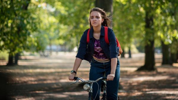 Enttäuscht fährt Nele (Hanna- Sophie Stötzel) nach dem Streit mit Martha auf dem Rad davon. | Rechte: MDR/Saxonia Media/Felix Abraham