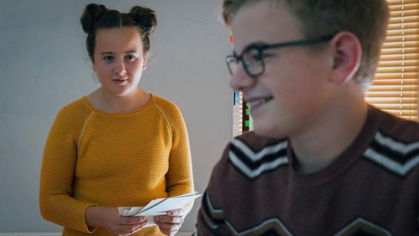 Rike (Madeleine Haas) und Moritz (Marc Elflein) wollen die Schule retten, nur eine Idee fehlt noch. | Rechte: MDR/Saxonia Media/Steffen Junghans