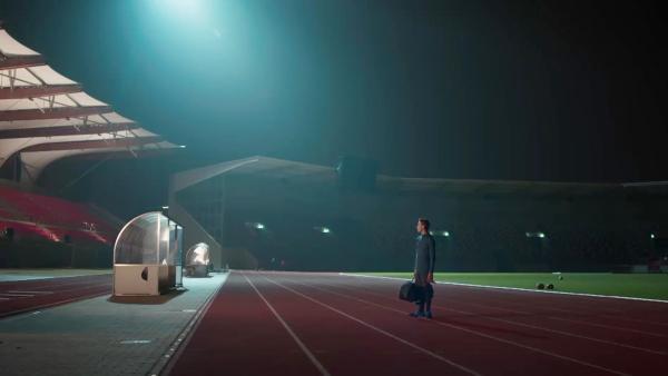 Timo (Luca Jung) stellt sich seiner Angst und kommt zum Training ins Stadion. | Rechte: MDR/Saxonia Media