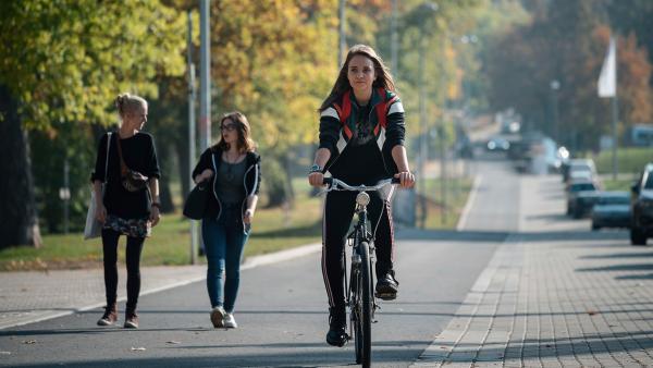 Nele (Hanna- Sophie Stötzel) will ihren Fehltritt wieder gutmachen. | Rechte: MDR/Saxonia Media/Felix Abraham