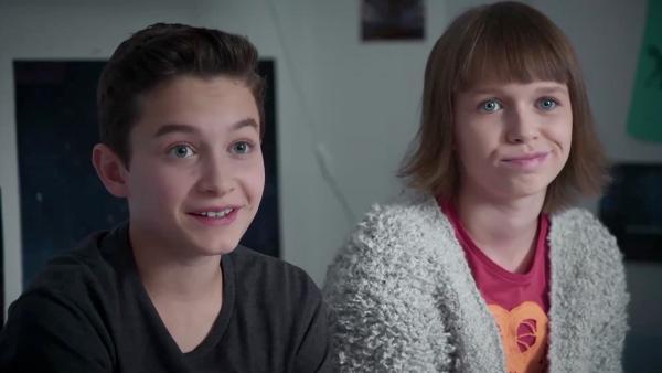 Hermann (Thorin Holland) und Jona (Helen Möller) sind ein Dreamteam, wenn es ums Planen von Aktionen geht. | Rechte: MDR/Saxonia Media