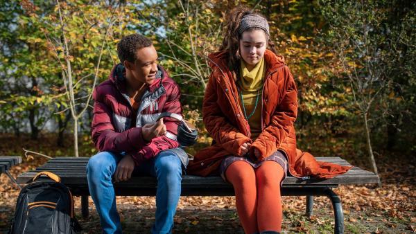 Pawel (Noel Okwanga) versucht einen Schritt auf Sibel (Josie Hermer) zuzugehen. | Rechte: MDR/Saxonia Media/Felix Abraham
