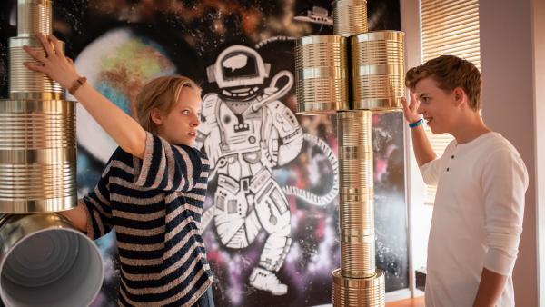 Während sich alle für den Projekttag einsetzen, geraten Till (Jonas Kaufmann) und Martha (Luna Kuse) aneinander. | Rechte: MDR/Saxonia Media/Felix Abraham
