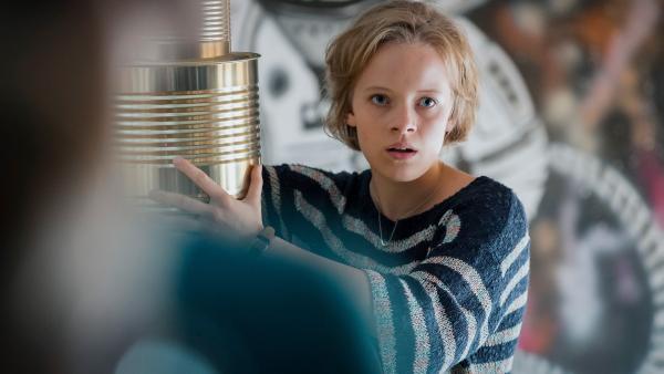 Martha (Luna Kuse) versucht die finale Station des Projekttags zusammenzuhalten. | Rechte: MDR/Saxonia Media/Steffen Junghans