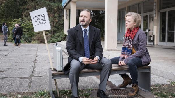 Martha (Luna Kuse) will ihre Forderungen in einem Streik durchsetzen, doch Schulrat Dr. Berger (Robert Schupp) ist ein harter Brocken. | Rechte: MDR/Saxonia Media/Andreas Wünschirs