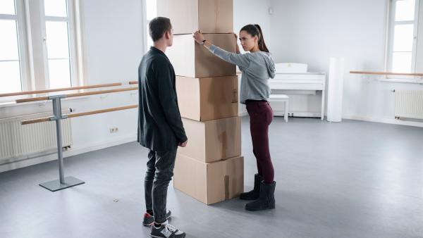 Victor (Fridolin Sommerfeld) und Carolin (Paloma Padrock) denken darüber nach, was passiert, wenn die Schule nicht gerettet werden kann. | Rechte: MDR/Saxonia Media/Felix Abraham