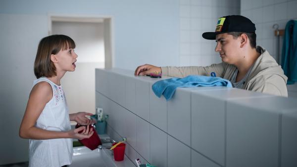 Orkan (Flavius Budean) hilft Jona (Helen Möller) bei einer schweren Entscheidung. | Rechte: MDR/Saxonia Media/Felix Abraham