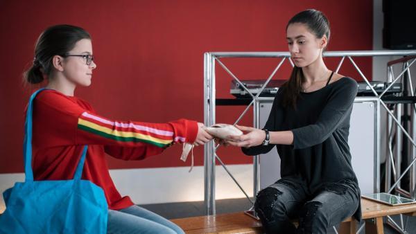 Rosa (Karlotta Hasselbach, li.) findet, Carolin (Paloma Padrock, re.) soll ihre Ballettschuhe zurücknehmen, doch die bleibt skeptisch. | Rechte: MDR/Saxonia Media/Felix Abraham