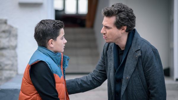 Pit (Ferenc Amberg) freut sich nur bedingt über den Überraschungsbesuch seines Vaters (Maximilian Neuhäußer). | Rechte: MDR/Saxonia Media/Felix Abraham